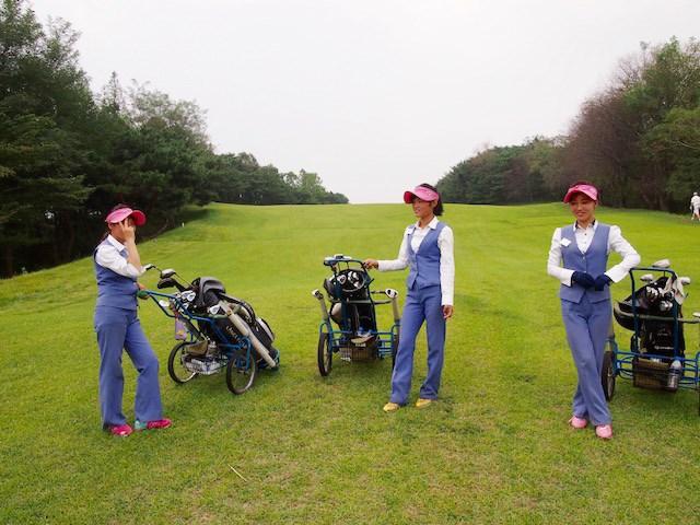 平壌ゴルフ場 キャディ 綺麗な制服に身を包んだ平壌ゴルフ場のキャディたち。仕事も熱心だったという(マキネン氏提供)