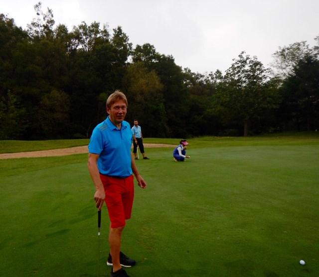 平壌ゴルフ場 グリーン上 綺麗に整えられたグリーン。手前に写っているのがマキネン氏(マキネン氏提供)