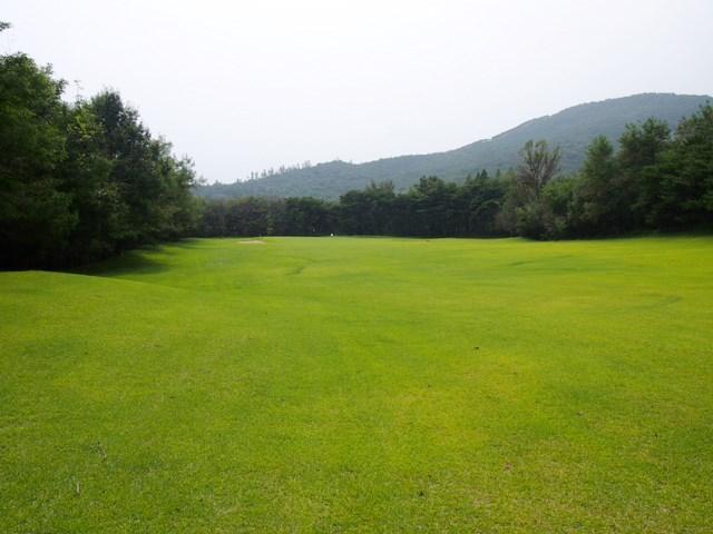 平壌ゴルフ場 コース 確かに曲げていてはひとたまりもないと思えるコースだ。(マキネン氏提供)