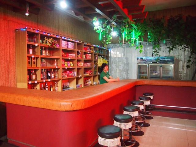平壌ゴルフ場 バー クラブハウス内のバーではアルコールも提供している(マキネン氏提供)