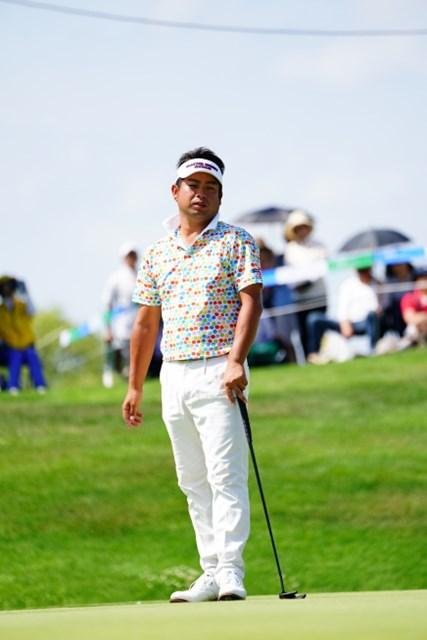 険しい表情でカップを逸れたボールを見つめる池田勇太。週末の詰めの甘さを悔やんだ