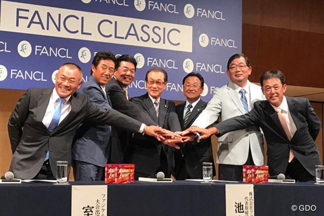 (左から)崎山武志、芹澤信雄、室田淳、池森賢二大会会長、倉本昌弘PGA会長、中嶋常幸、鈴木亨
