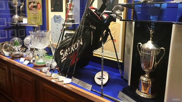 小さなクラブハウスの一角に、グレーム・マクドウェルが手にした全米オープンの優勝カップがあった