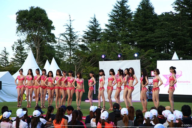 18人のモデルたちが水着姿を披露!