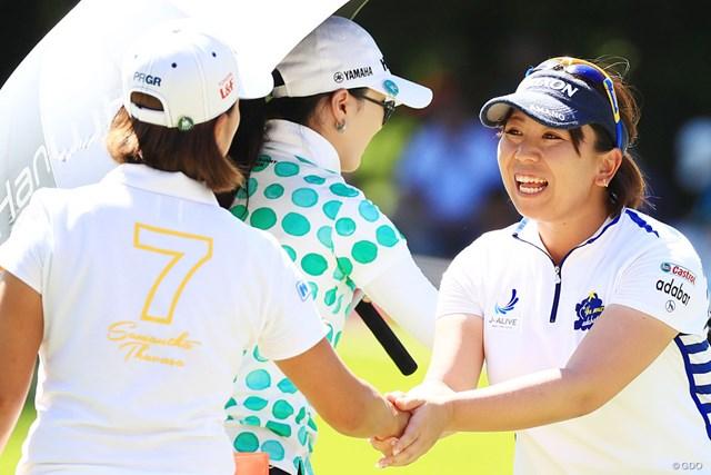 元ホームコースで2位に浮上した吉田弓美子。笑顔で最終グリーンを降りた