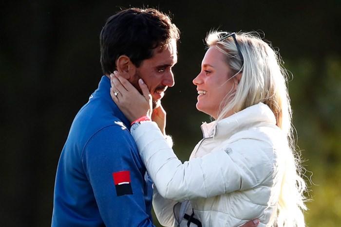 妻と抱き合って喜ぶラファ・カブレラベロー (Gregory Shamus/Getty Images) 2017年 アバディーンアセットマネジメント スコットランドオープン 最終日 ラファ・カブレラベロー