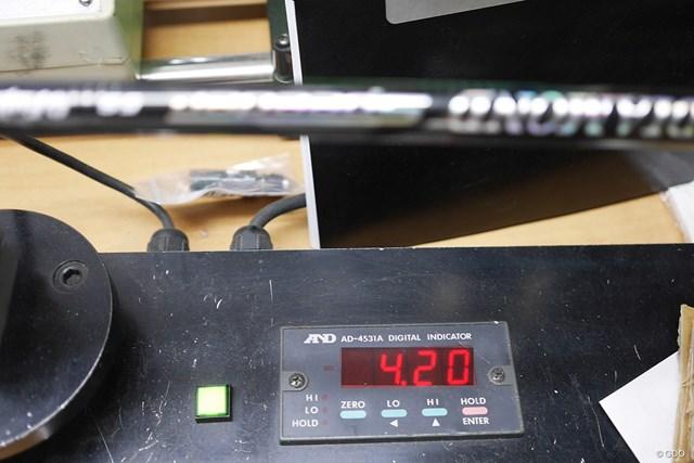 フジクラ ダイヤモンド スピーダー マーク金井試打インプレッション 振動数に対してセンターフレックス値がやや硬め。数値的にも手元が少ししなり、中間部分がやや硬めなことがわかる