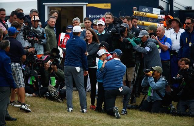 18番グリーン脇で最終組を待っていたクーチャーの家族たち(Gregory Shamus/Getty Images)