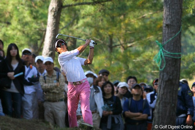 2009年 マイナビABCチャンピオンシップゴルフトーナメント 初日 石川遼 15番でリカバリーショットを放つ石川遼。ドライバーを曲げても、ボギーは叩かない粘り強いゴルフを見せた