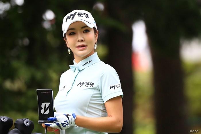 ラウンド中は同伴選手に韓国語のレッスンも。アン・シネは22位で滑り出した 2017年 大東建託・いい部屋ネットレディス 初日 アン・シネ