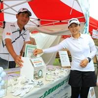 なんとか予選通過…高橋竜彦と葉月夫人は、ホールアウト後に福島での全国植樹祭に向けたチャリティをPRした 2017年 ダンロップ・スリクソン福島オープン 2日目 高橋竜彦&牛渡葉月