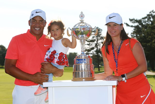 大会連覇を達成したジョナサン・ベガス。妻・ヒルデガードさんと16カ月の娘・シャーリンちゃん(Vaughn Ridley/Getty Images)