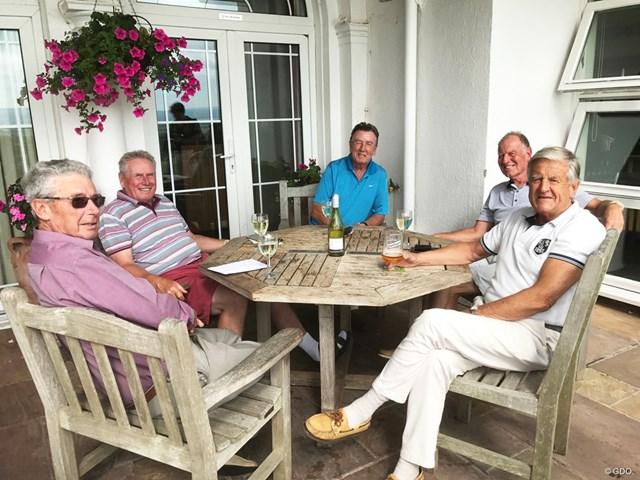 ヘスウォールGCのテラス席でワインを飲んで歓談するメンバーたち。