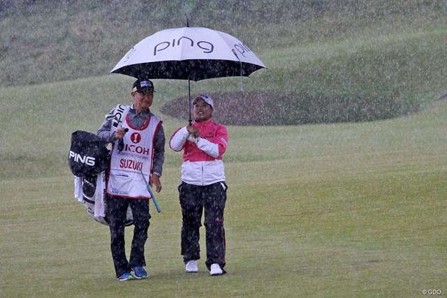 プロアマ戦に出場した鈴木愛。急に降り出した豪雨にも、どこか楽しそう?