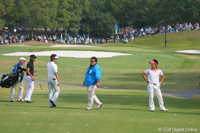 2009年 マイナビABCチャンピオンシップゴルフトーナメント 2日目 伊藤誠道 7番でティショットを石川らのいるティグラウンドに曲げた伊藤誠道。先輩らが見守る中でのリカバリーショットを決めた。