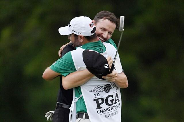 2017年 全米プロゴルフ選手権 事前 ジミー・ウォーカー 昨年大会を制し、キャディのアンディ・サンダースと抱き合うジミー・ウォーカー(Stuart Franklin/Getty Images)