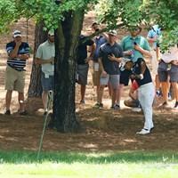 2番のティショットを曲げて木の下に。スタイミーのライから見事なリカバリーを見せた 2017年 全米プロゴルフ選手権 初日 小平智