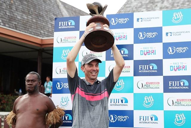 逆転Vでカップを掲げるジェーソン・ノリス(Mark Metcalfe/Getty Images)