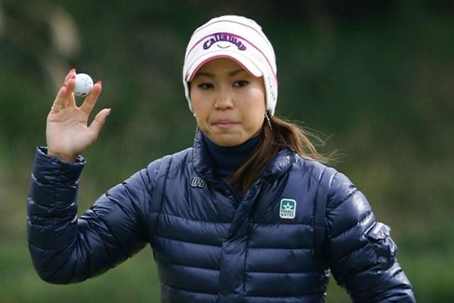 ダウンジャケットに耳まで隠す完全防寒仕様で試合に挑んだ上田桃子(Chung Sung-Jun/Getty Images)