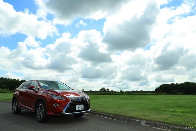 北海道の青い空と緑の芝生によく映える赤のレクサス