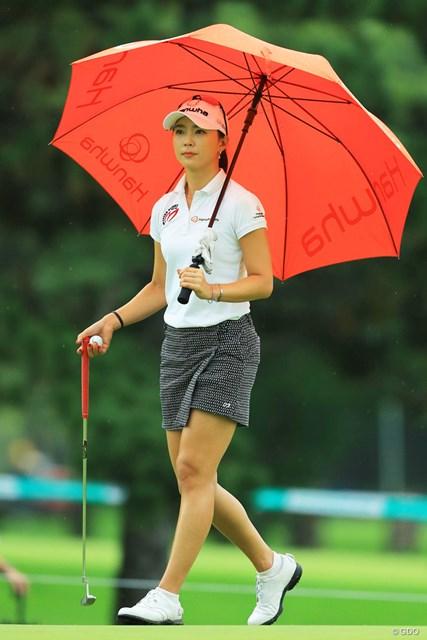 2017年 ニトリレディスゴルフトーナメント 初日 ユン・チェヨン 美人は派手な傘が絵になるね。