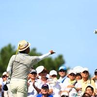 スタート前にグローブプレゼント、さすがスター 2017年 RIZAP KBCオーガスタゴルフトーナメント 最終日 片山晋呉