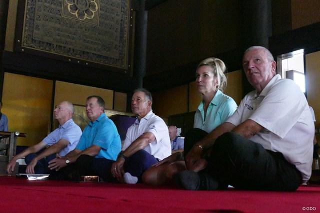 2017年 JAL選手権 事前 御護摩祈祷 大本堂の中で御護摩祈祷を見詰める選手たち