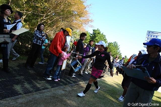 2009年 ミズノクラシック 初日 有村智恵 子供にボール下さいボードを名指しで持たせりゃ、有村プロだってあげないわけにはいかんしー。