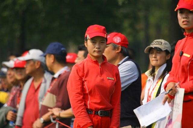 2009年 WGCHSBCチャンピオンズ2日目 ギャラリー整理のスタッフは、上下真っ赤な制服。撮ってるのばれちゃった!?