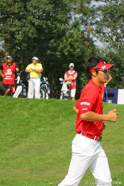2009年 WGCHSBCチャンピオンズ2日目 丸山大輔、石川遼 2番ティの丸山大輔の前を横切る石川遼。「遼君が4アンダーで頑張っていたので、気合入りました」と丸山