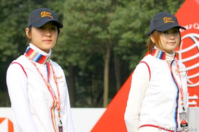 2009年 WGCHSBCチャンピオンズ2日目 チベット産ミネラルウォーターのキャンペーンガール達。実物はもっと綺麗です!