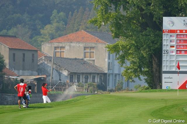 2009年 WGCHSBCチャンピオンズ2日目 6番の左には川が流れ、対岸は住宅地となっている。ゴルフ場とは別世界