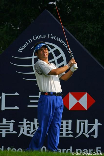 2009年 WGCHSBCチャンピオンズ2日目 池田勇太 眩しいのか、手首が痛いのか…。池田勇太は日本勢で一人伸ばせず