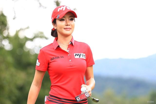 2017年 日本女子プロ選手権大会コニカミノルタ杯 最終日 アン・シネ 真っ赤なポロシャツとキャップ、白のパンツの組み合わせ