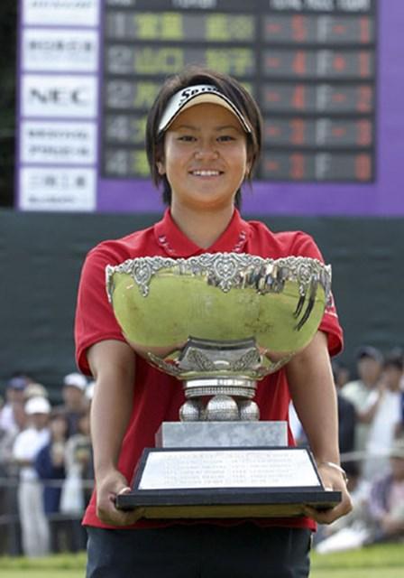 2003年 ミヤギテレビ杯ダンロップ女子 宮里藍 2003年「ミヤギテレビ杯ダンロップ女子オープン」でアマチュア制覇。藍ちゃんフィーバーはここから始まった