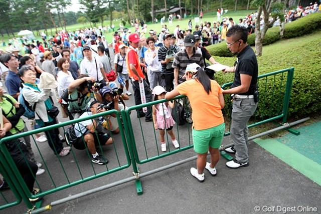2010年 NEC軽井沢72ゴルフ 宮里藍 毎週のように長い列を作る多くのギャラリー。宮里藍は新たなゴルフファン層の獲得に貢献した
