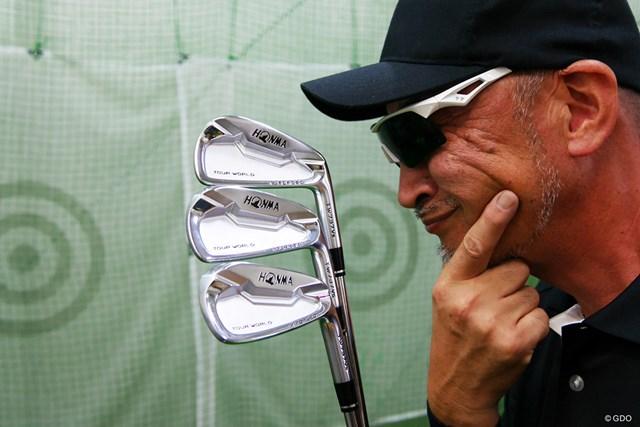 マイルドな打感と飛距離性能を兼ね備えた『本間ゴルフ ツアーワールド TW737 Vs アイアン』をマーク金井が徹底検証