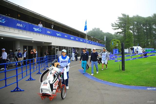 2017年 ANAオープンゴルフトーナメント 2日目 クラブハウス前 Jアラート発令により避難のためクラブハウスに引き上げる選手たち