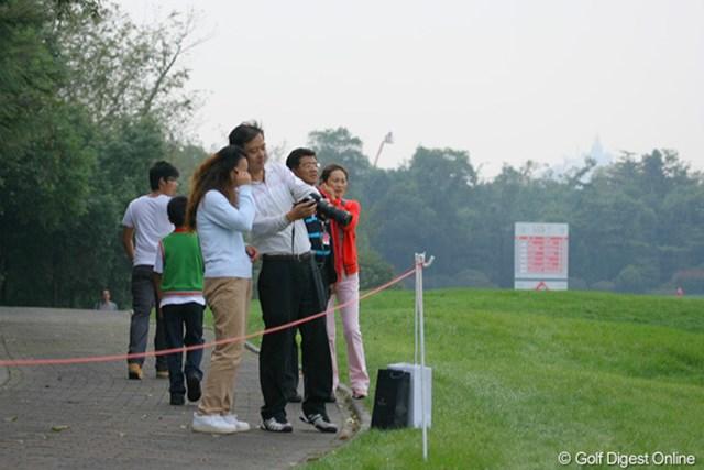2009年 WGC HSBCチャンピオンズ3日目/ギャラリー 「見てごらん、良く撮れてるだろう」「ほんとねー」って、カメラ禁止ですよー