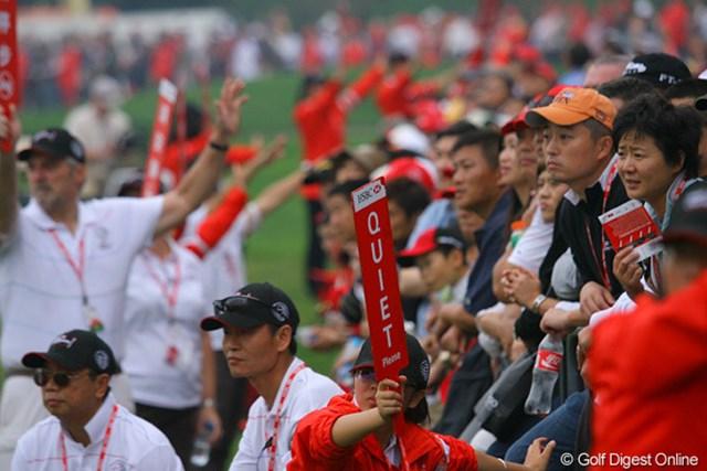 2009年 WGC HSBCチャンピオンズ3日目/ギャラリー タイガーを見つめるギャラリーたちの視線。HSBCも中国も赤色です