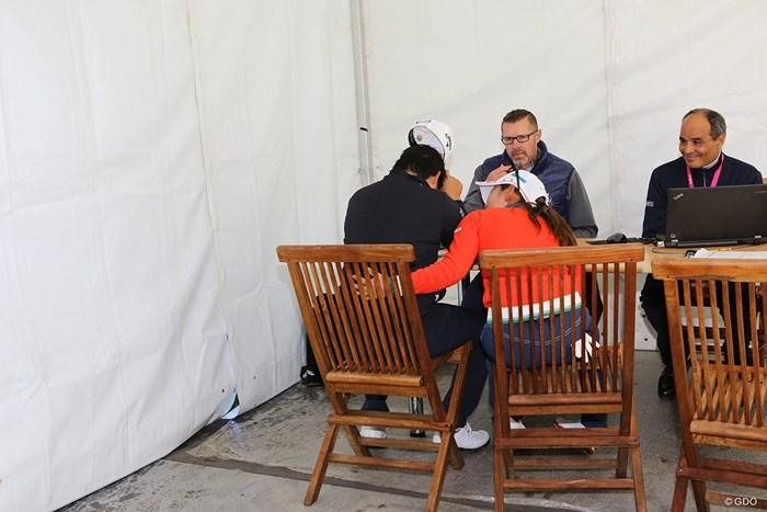 スコアカード提出所で涙をこぼすツェン・ヤニ 2017年 エビアン選手権 2日目 ツェン・ヤニ