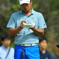 子供を見つけてすかさずグローブにサインを書いて渡してました。 2017年 ANAオープンゴルフトーナメント 3日目 池田勇太