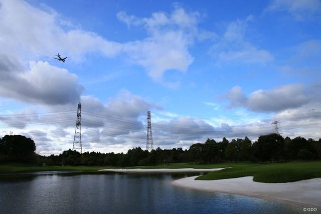 でかい池あり、鉄塔あり上空には飛行機
