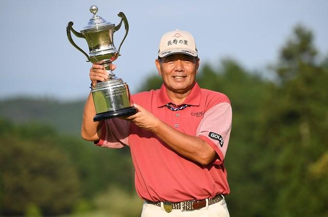大会連覇を果たし笑顔でカップを持つ室田淳