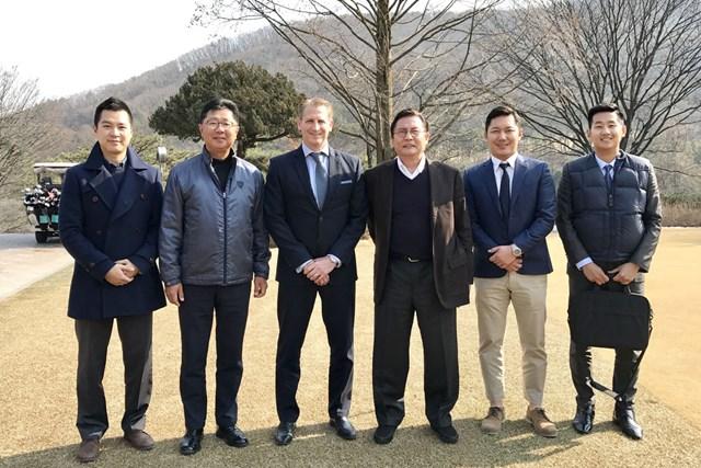 アジアンツアーのジョシュ・バラックCEOを囲む韓国ゴルフ協会の面々
