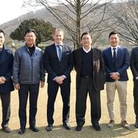 アジアンツアーのジョシュ・バラックCEOを囲む韓国ゴルフ協会の面々 ジョシュ・バラックとKGA