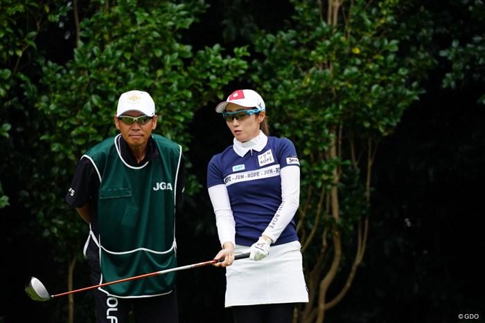 「ヘッドになにかついてるー!」「うんうん、雨水だね。」 2017年 日本女子オープンゴルフ選手権競技 初日 飯島茜