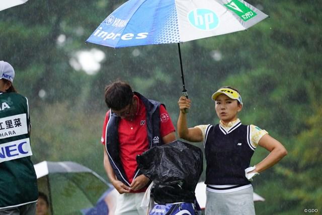 傘を差す智恵様。二の腕鍛えてらっしゃるようで。