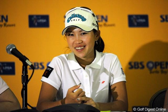 2008年 SBSオープンatタートルベイ 2日目 上田桃子 共同インタビューに呼ばれ、外国人記者の質問に受け答えをする上田桃子