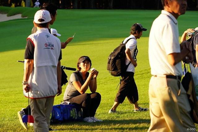 2017年 日本女子オープンゴルフ選手権競技 2日目 葭葉ルミ 座っていることをまるで気がつかないかのようにスルーしていくギャラリー達。